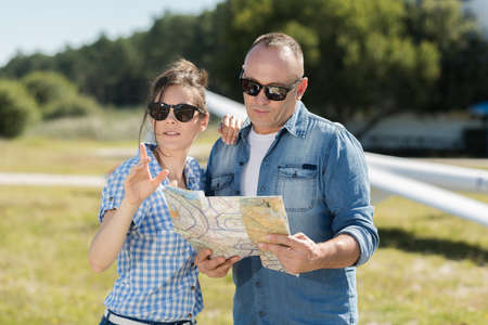 Happy couple looking at map Zdjęcie Seryjne