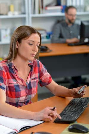 Woman typing at her desk Zdjęcie Seryjne