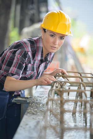 Weiblicher Maurer, der draußen arbeitet
