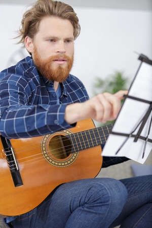 close-up of a guitarist learning to play guitar Banque d'images - 138446448