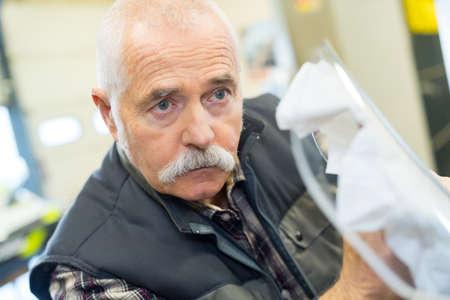 ouvrier senior avec dans son atelier Banque d'images