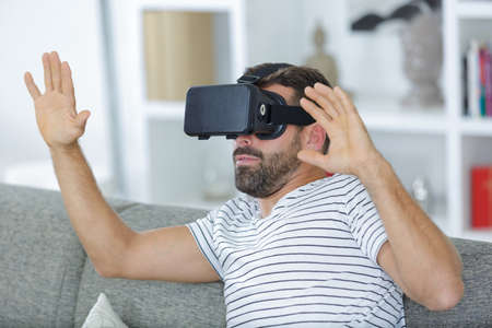bearded man using the virtual reality headset and two controller Zdjęcie Seryjne