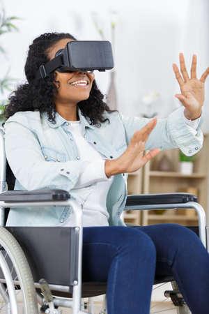 immobile woman wearing vr glasses Zdjęcie Seryjne - 138520716