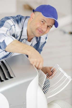 un travailleur masculin de maintenance de climatisation
