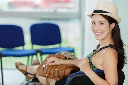 donna felice in attesa nella lounge dell'aeroporto