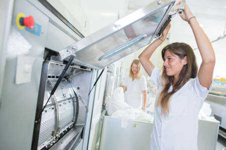 travailleurs utilisant des machines à laver industrielles