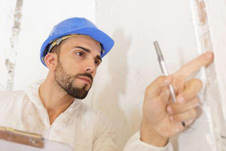 junger Mann, der Baustelle inspiziert