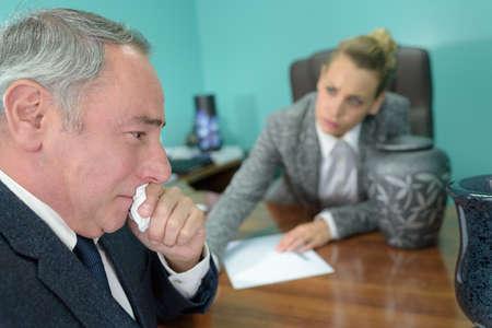 Hombre maduro llorando durante la reunión con el director de la funeraria