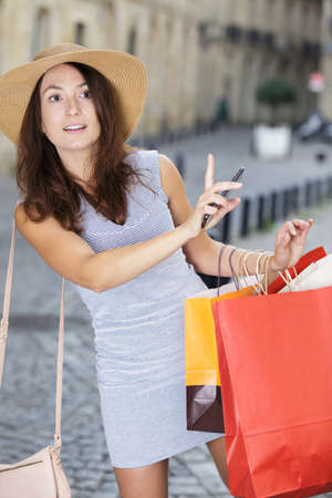 woman with shopping bag outdoors 写真素材 - 139351064