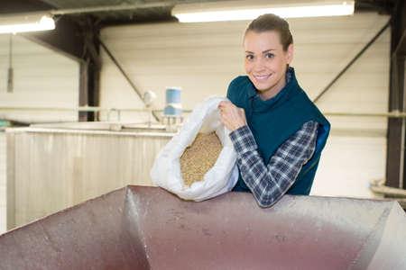 female working with grains Zdjęcie Seryjne
