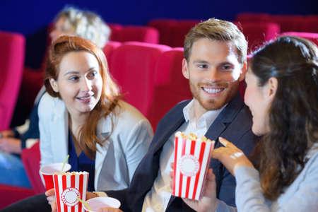portrait d'amis au cinéma