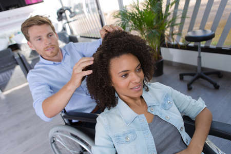 disabled hairdresser with client at salon Zdjęcie Seryjne