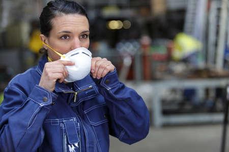 eine Frau mit Maske Standard-Bild