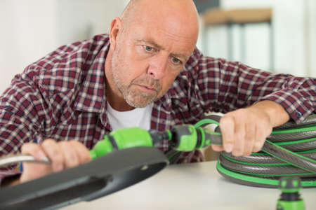 a man is connecting hoses Zdjęcie Seryjne