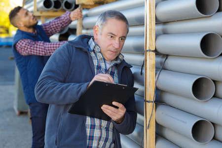 ouvriers industriels à l'extérieur de l'usine de tuyaux