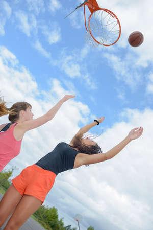 groupe de filles jouant au basket