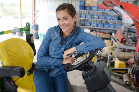 ein glücklicher Landmaschinenmechaniker in der Garage Standard-Bild