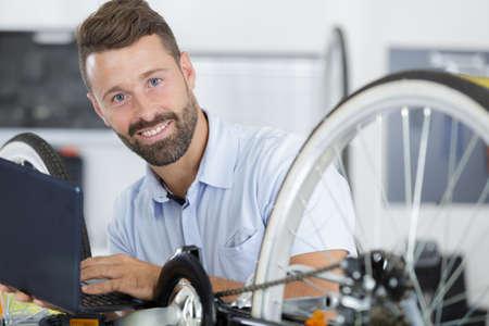 lnochelnder mann neben modernem fahrrad