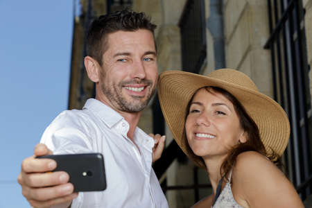 adorable couple taking selfie outdoors Banque d'images