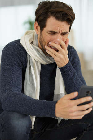 man brought to tears by the message on his smartphone Zdjęcie Seryjne