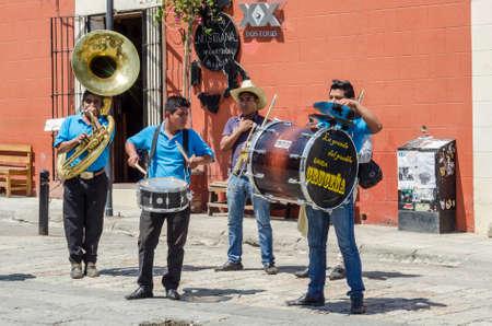 オアハカ、メキシコ-2017 年 3 月 10 日: オアハカ、メキシコのダウンタウンで演奏するストリート ミュージシャン 報道画像