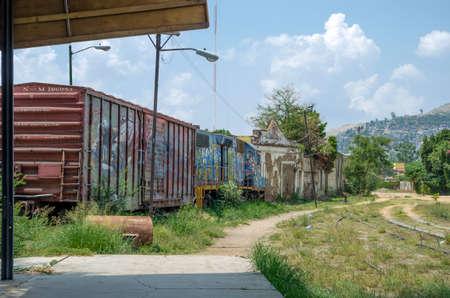 OAXACA, OAXACA, MEXICO- JUNE 1, 2018: Old rusty railway carriage in a sunny day at Ferrocarril Museum in Oaxaca, Mexico 新聞圖片