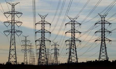 torres el�ctricas: Un retroceso de la l�nea de torres de acero de apoyo l�neas de transmisi�n el�ctrica.
