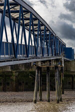 Footbridge walkway to the River Thames approach 免版税图像