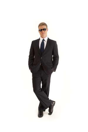 guardaespaldas: Seguro de empresario joven vistiendo un traje y gafas de sol