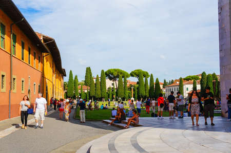 Pisa, Italy - August 21, 2014: Many people sitting and standing on the square of miracles on a sunny day. Фото со стока - 122360448