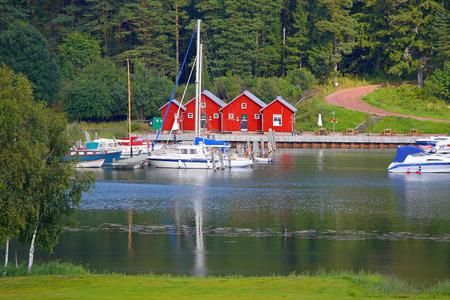 Miniatuur haven in Kastelholm Aland-eilanden met mooie rode cabines