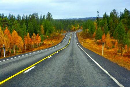 Highway to Lapponia nella parte settentrionale della Finlandia Archivio Fotografico - 28525038