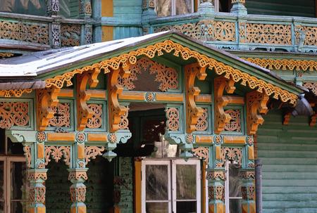 unconventional: Frammento di una casa convenzionale con sculture in legno, che si trova a Narva-Jesuu, Estonia