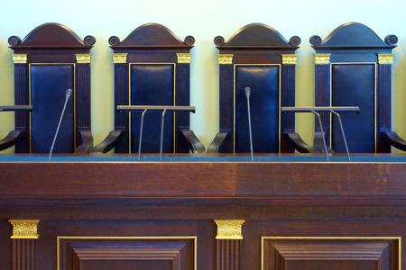 Fragment van lege rechtszaal met vintage meubels Stockfoto