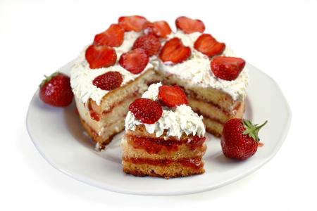 to cake layer: fragola torta a strati sul piatto con fetta tagliata isolato su bianco Archivio Fotografico