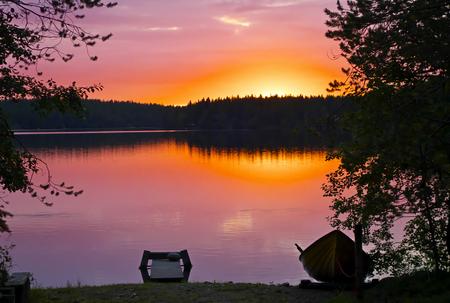 Zonsondergang op Kuusamo meer in de late zomer, Finland.