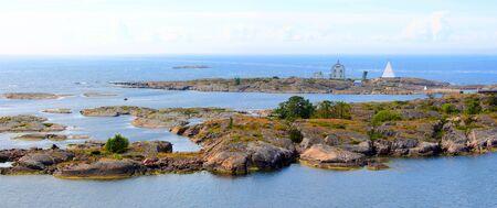 Aland archipel met zijn kleine rotsachtige eilanden. Een van deze is Kobba Klintar, een oud loodsstation op zee. Stockfoto