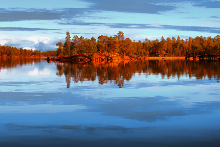 Zonsondergang op Lake Inari in de zomer (Lapland, Finland). Stockfoto