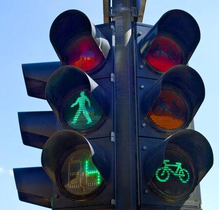 semaforo peatonal: Verde luces encendidas para peatones y ciclistas.