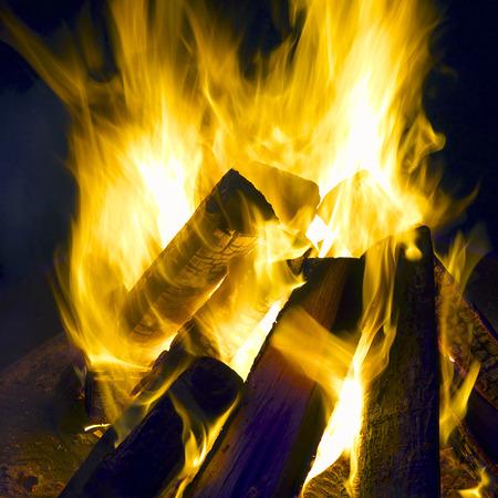 log fire: Log fuoco di notte con le fiamme gialle.
