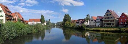 Historische stad Rottenburg (zuidelijk deel van Duitsland, in de deelstaat Baden-W? Rttemberg, officiële naam is Rottenburg am Neckar) en de rivier de Neckar in de zomer. Gesticht door de Romeinen ongeveer 19 eeuwen geleden. Stockfoto