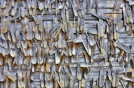 tejas: El tiempo dañado la pared de registro vieja cubierta con tejas.