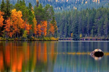 Kuusamo Lake (Kuusamojärvi)  in autumn colors, Northern Finland. Banco de Imagens