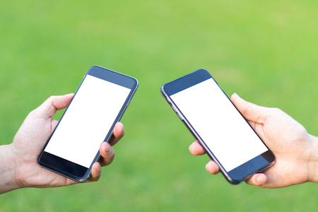 primer plano de dos manos hombre que usa el concepto de teléfono inteligente de redes sociales