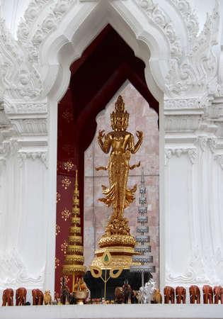 La statua dorata del dio indù Trimurati è custodita sull'altare. Trimurti è la trinità della divinità suprema nell'induismo. la leggenda vuole che coloro che pregano lì per il vero amore realizzeranno i loro sogni. Archivio Fotografico - 100149040