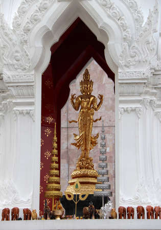 Golden Hindu god Trimurati statue be enshrined on altar. Trimurti  is the trinity of supreme divinity in Hinduism. the legend has it that those who pray there for true love will have their dreams fulfilled. Archivio Fotografico