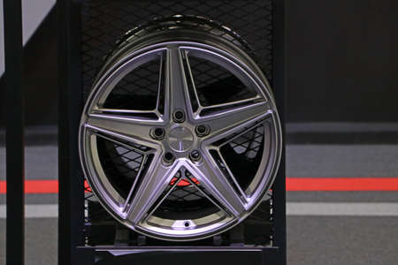 Legering wiel van auto op de plank. Lichtmetalen velgen zijn velgen die zijn gemaakt van een legering van aluminium of magnesium. Legeringen zijn mengsels van een metaal en andere elementen.