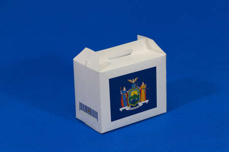 New York flag on white box with barcode and the color of the flag on blue background. The concept of export trading from New York. Paper packaging for put products. Standard-Bild