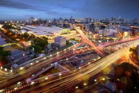 Road traffic at Bangkok city with skyline at night by technic long exposure shoot, Thailand. Stockfoto