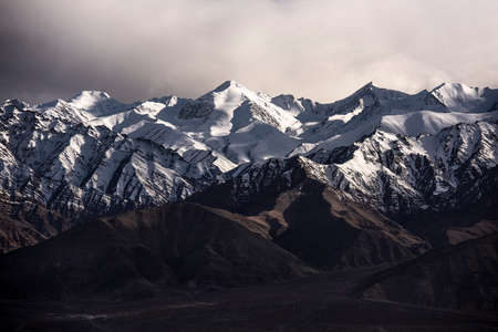 Snow Mountain with Blue Sky from Leh Ladakh India. Imagens